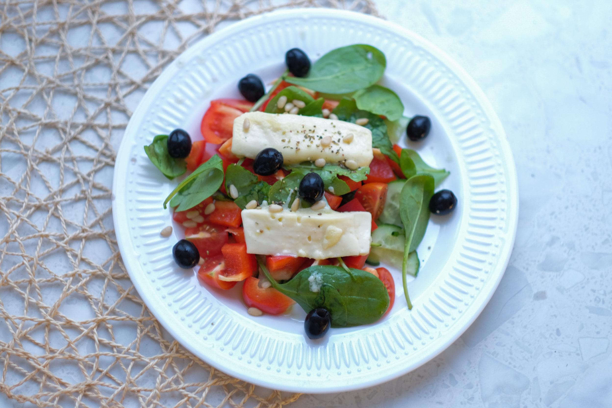 Салат из свежих овощей с запеченным сыром