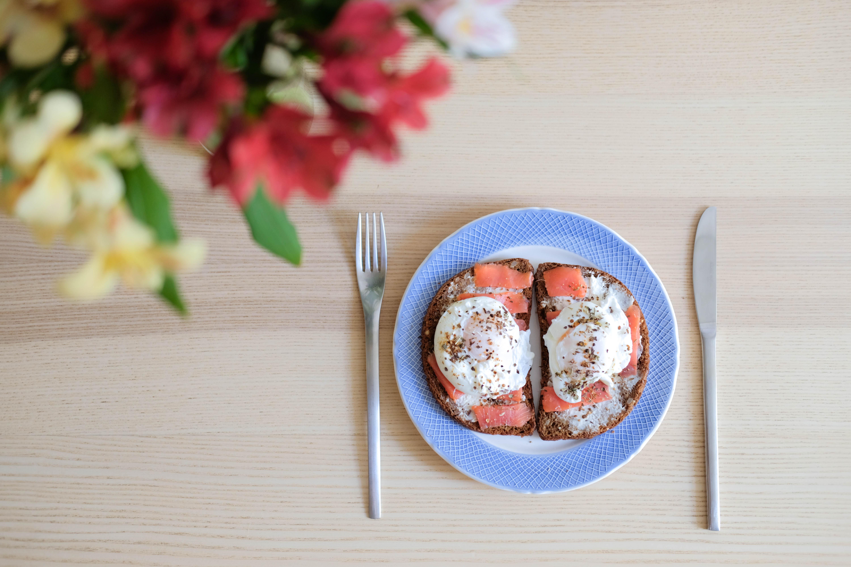 Французский тост с лососем и яйцом пашот