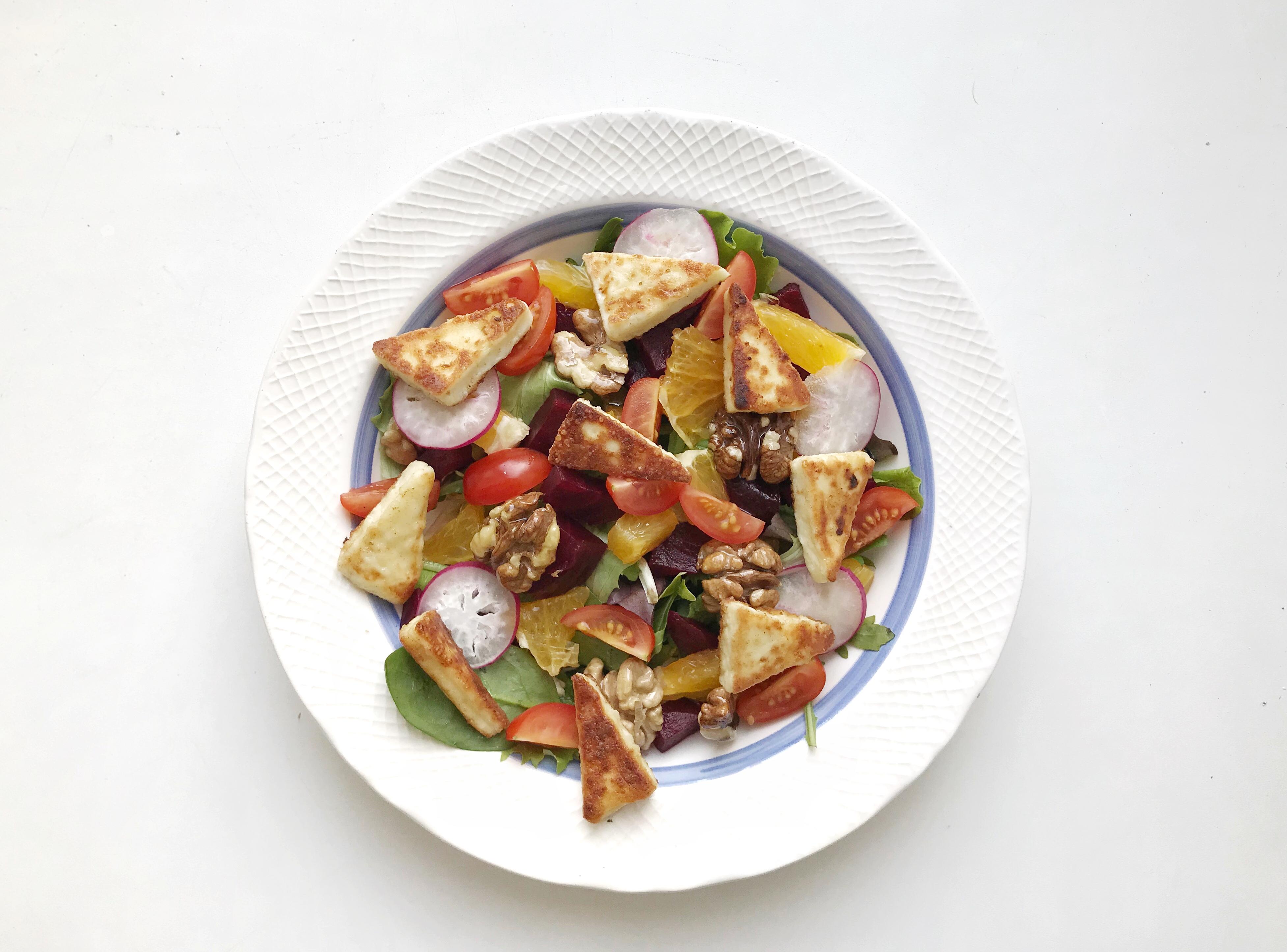 Яркий салат со свеклой, запеченным сыром и грецким орехом